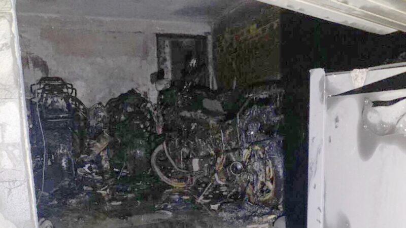 Cháy nhà 3 tầng ở TP.HCM, 5 người mắc kẹt kêu cứu