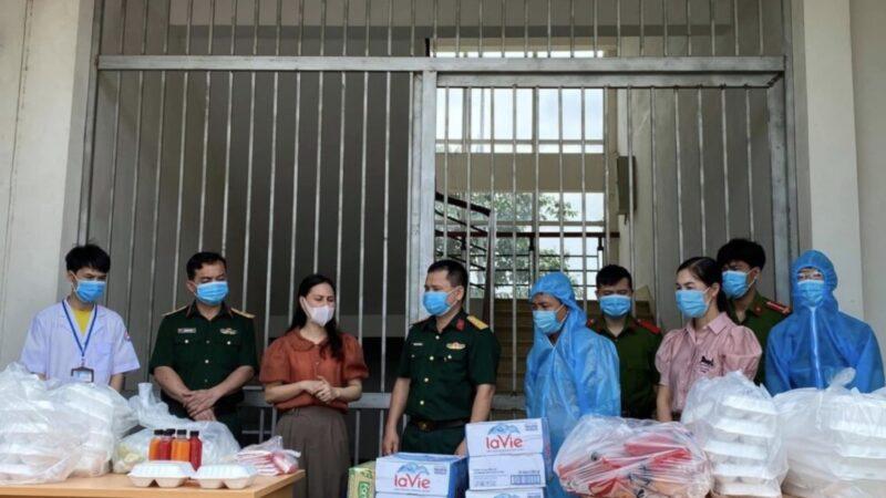 Bắc Ninh: Tặng nước ép cho nhân viên y tế làm việc giữa trời nắng nóng