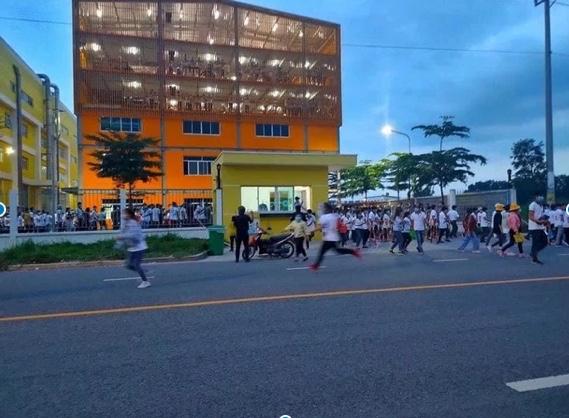 Hàng trăm công nhân xô đổ rào chắn, tháo chạy khỏi công ty ở Bình Dương khi nghe tin 1 đồng nghiệp dương tính SARS-CoV-2