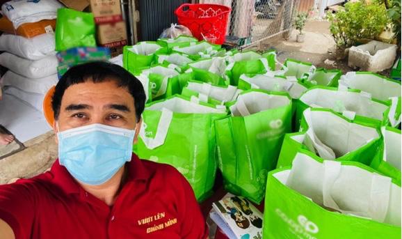 Quyền Linh thương Sài Gòn 'đứt ruột đứt gan', len lỏi vào tận hẻm sâu để phát quà từ thiện