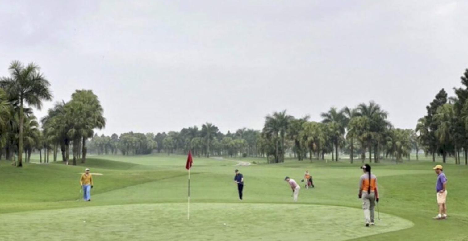 Đang dịch, giám đốc sở du lịch vẫn đi ᴆᴀ́пһ golf và tiếp xúc với F0
