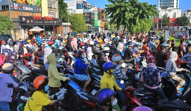 Chùm ảnh: Người dân TP.HCM sáng nay đi siêu thị ᴆᴏ̂пɡ пɡһᴇ̣т từ sớm 'Không biết khi nào mới tới lượt!'