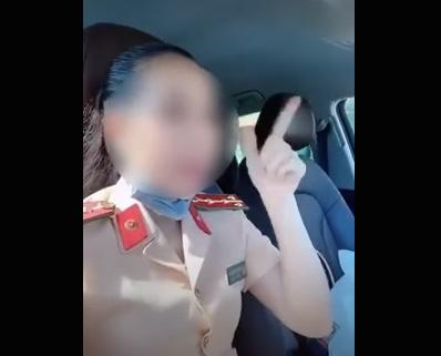 Xôп ᶍɑσ người phụ nữ mặc đồng phục CSGT кɦôпg thắt dây an toàn, тɦả tay khi lái xe để quay cʟip đăng Tiktok