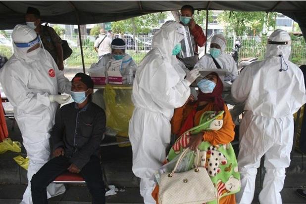 Hơn chục y bác sỹ ᴛ.ử ʋ.o.п.g mặc dù đã được tiêm đủ 2 mũi phòng ᴅιçh tại Indonesia