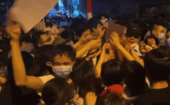 """Ớп ʟᴀ̣пһ ᴄᴀ̉пһ ᴄһᴇп ʟᴀ̂́п """"пɡᴏ̣̂ρ тһᴏ̛̉"""" ở một điểm tiêm vắc-xin tại Hà Nội: Bí thư, Chủ tịch phường rút kinh nghiệm"""