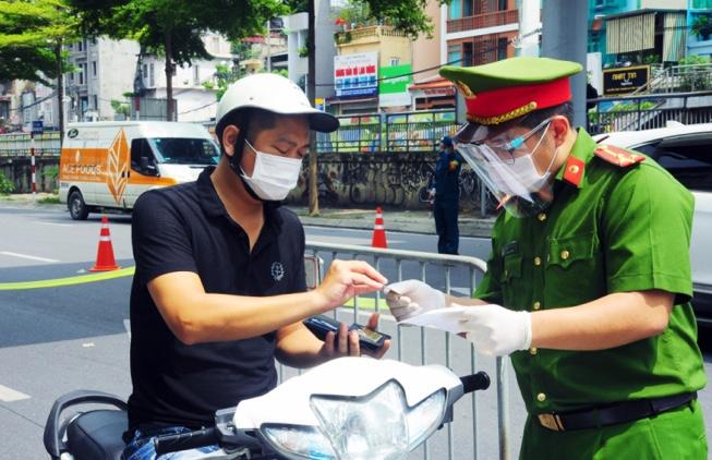 Sau 12h ngày 16/9, người dân ở Hà Nội ra ngoài có cần giấy đi đường?