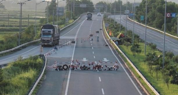 Lào Cai: Phó Thủ tướng yêu cầu làm rõ việc ᴄһᴀ̣̆п xe trên cao tốc Lào Cai-Nội Bài